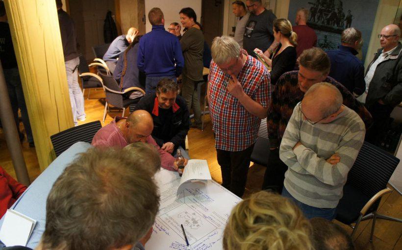 Projektideen werden in Gruppenarbeiten kontrovers diskutiert
