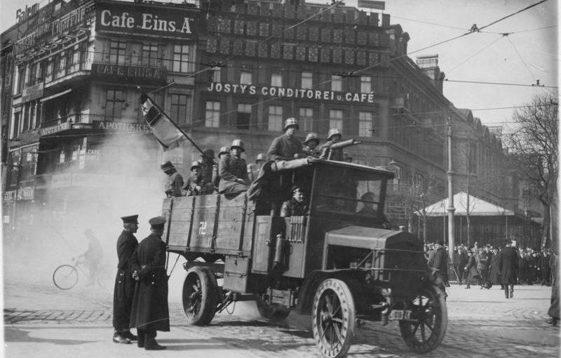 Titelbild: Kapp-Putschisten am Potsdamer Platz in Berlin März 1920; deutlich sichtbar die Hakenkreuze auf den Helmen der Soldaten und am Lastwagen.